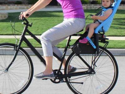 Criança em bicicleta com cadeirinha de bebé até 22 quilos